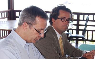 Denis Robin, négociateur (en chemise en premier plan) et Thomas Degos, préfet de Mayotte (en costume cravate) jeudi 10 novembre à la Case Rocher (c) Service de communication de la préfecture de Mayotte