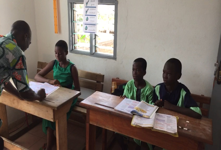 Francesca, Christ et Ange en classe avec leur professeur (c) Laurence Marianne-Melgard