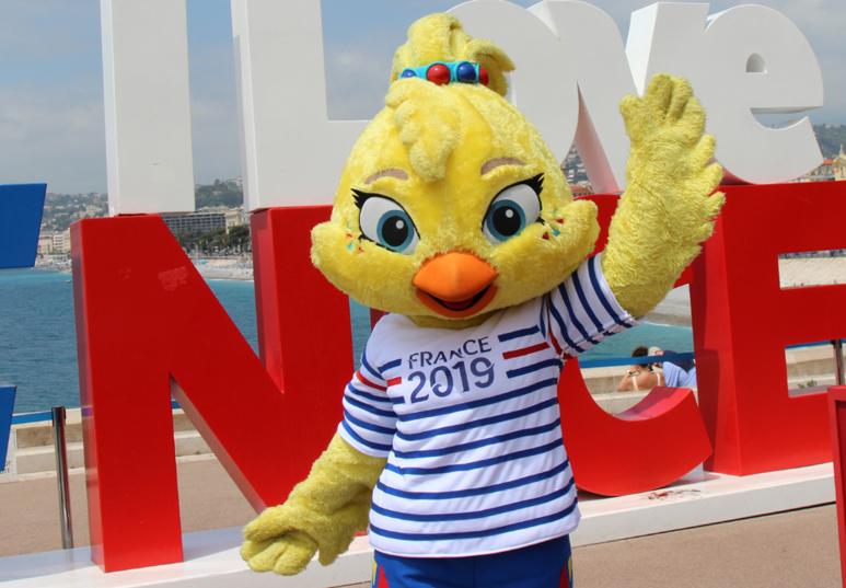 """""""Ettie"""", mascotte à plumes... et fille de Footix ! Photo (c) Serge Gloumeaud"""