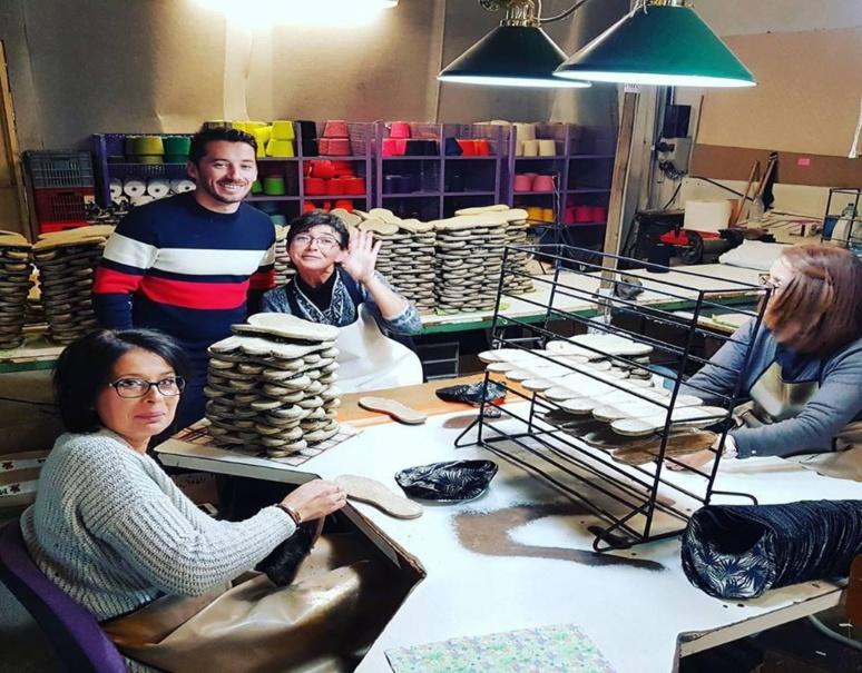 Une partie de l'équipe en compagnie d'Olivier Gelly entrain de fabriquer les espadrilles à l'usine (c) Payote