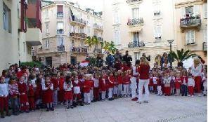 Les élèves de l'école de La Condamine chantant l'Hymne national pendant le lever de drapeau. Photo (c) Centre de Presse de Monaco / Charly Gallo.