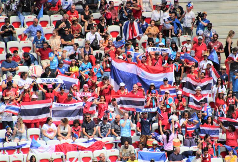 Les supporters thaïlandais toujours présents malgré la défaite 13-0 face aux États-Unis. Photo (c) Serge Gloumeaud