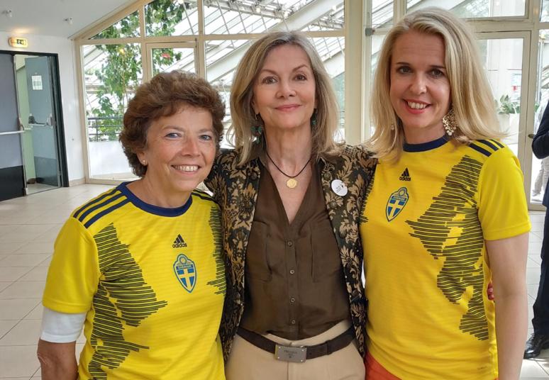 Veronika Wand-Danielsson, ambassadrice de Suède en France, entourée de deux supportrices scandinaves. La Suède, terre de football féminin. Photo © Serge Gloumeaud
