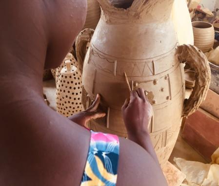 Edwige, potière au village de Tanou Sakassou, décore une création (c) Laurence Marianne-Melgard