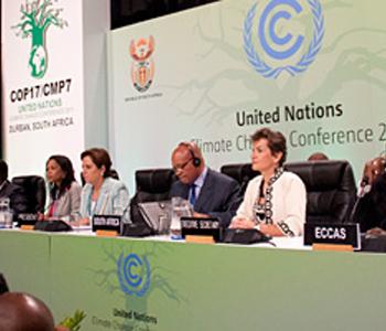 Christiana Figueres (à dr.), la Secrétaire exécutive de la Convention sur le changement climatique, lors de l'ouverture de la conférence à Durban. Photo (c) Jan Golinski / CCNUCC