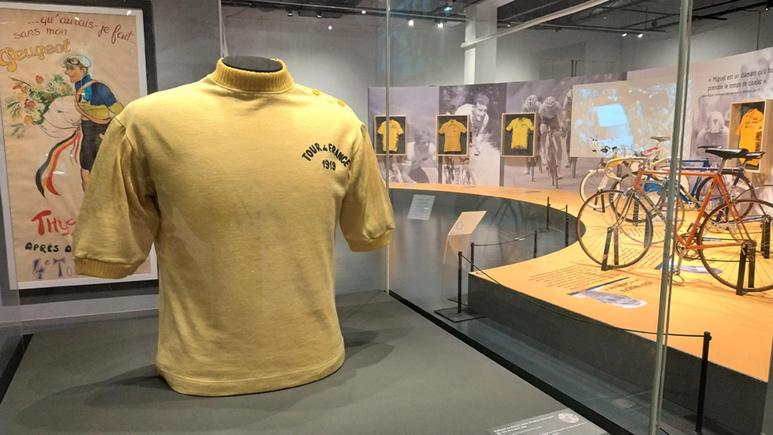 Le jaune : couleur dominante de cette exposition où le tour de France est roi. Photo (c) Serge Gloumeaud
