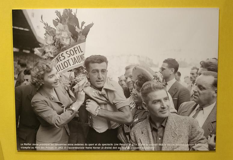 Une des nombreuses photos d'époque exposées. Ici : en 1953, Louison Bobet porte le maillot jaune entouré de Line Renaud (à sa droite) et Yvette Horner (à sa gauche). Photo (c) Musée national du sport - L'Equipe.