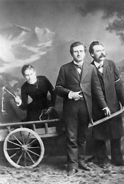Lou Salomé, Paul Ree et Friedrich Nietzsche, dans une mise en scène imaginée par le philosophe en 1882. Photographie de l'atelier de Jules Bonnet à Luzern d'auteur inconnu.