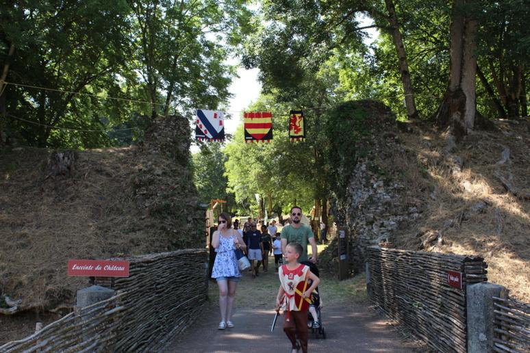L'entrée de l'enceinte du château © J. P.