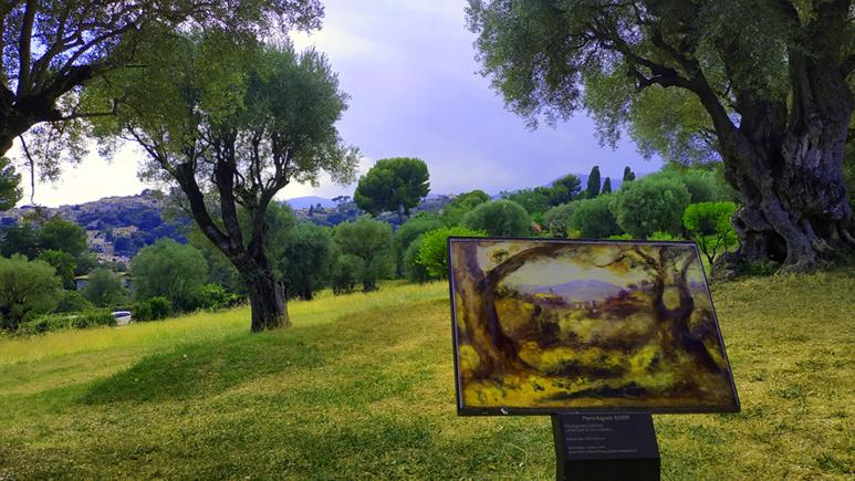 Dans le jardin des Collettes, on peut admirer des toiles devant leur décor original. Photo (c) Serge Gloumeaud