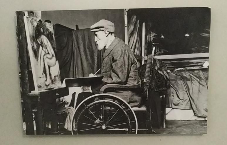 De nombreuses photos sont exposées, montrant notamment Renoir dans son atelier des Collettes. Photo (c) Serge Gloumeaud