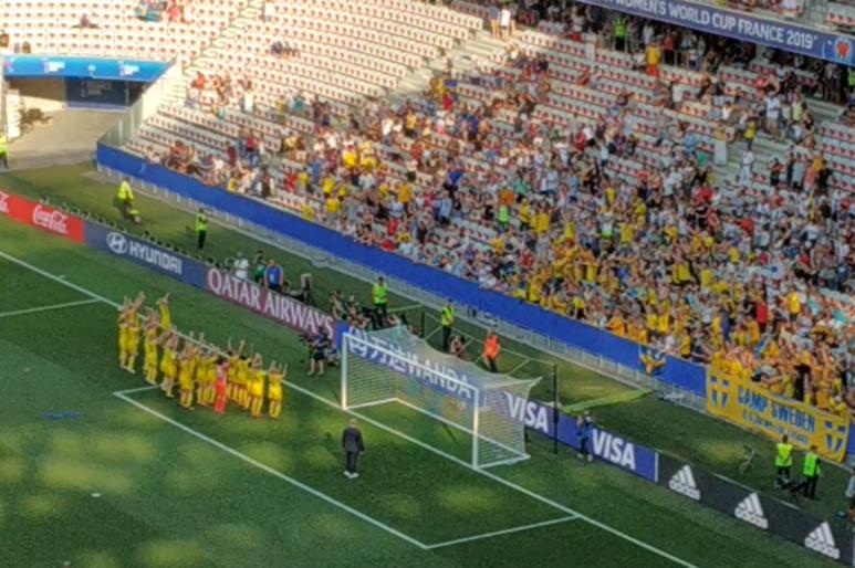 Les joueuses suédoises fêtent la victoire avec leurs supporters. Photo (c) Serge Gloumeaud