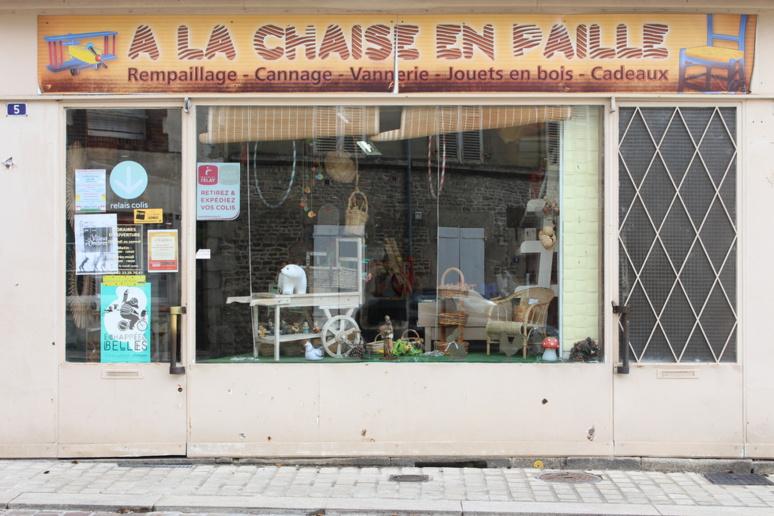"""Son magasin """"À la chaise en paille"""" situé à Alençon © J. P."""