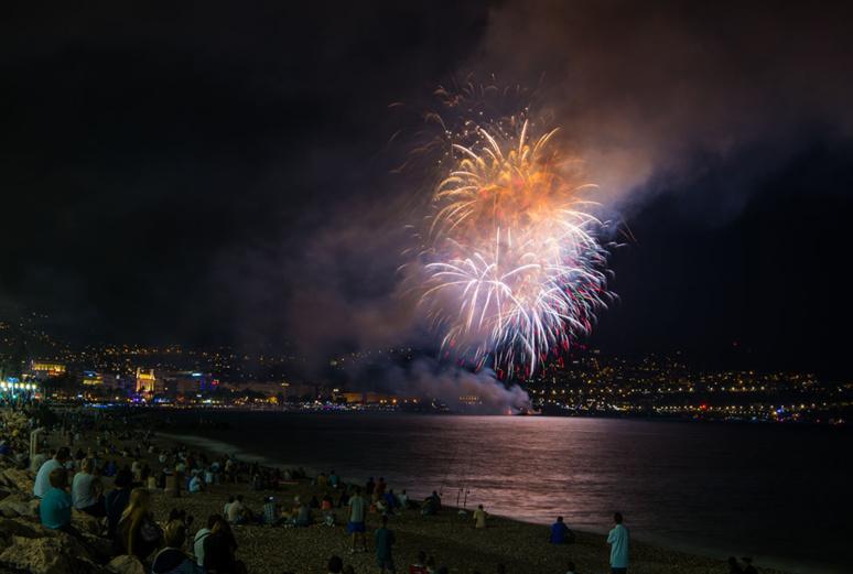 Pour la première fois depuis l'attentat de 2016, un feu d'artifice comme celui-ci a été tiré à Nice, le 13 juillet 2019. Photo (c) Feu d'artifice Nice 2014 - Kurt Bauschardt - flickr