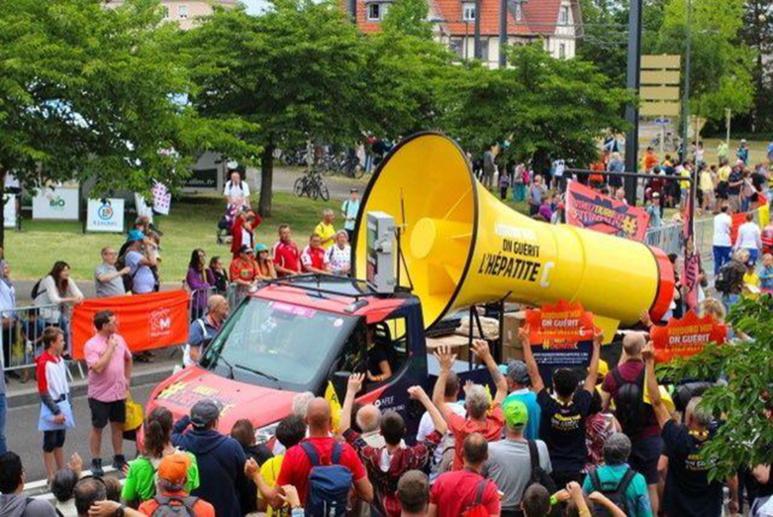 La lutte contre l'hépatite dans la caravane du Tour de France. Photo (c) SOS hépatite.