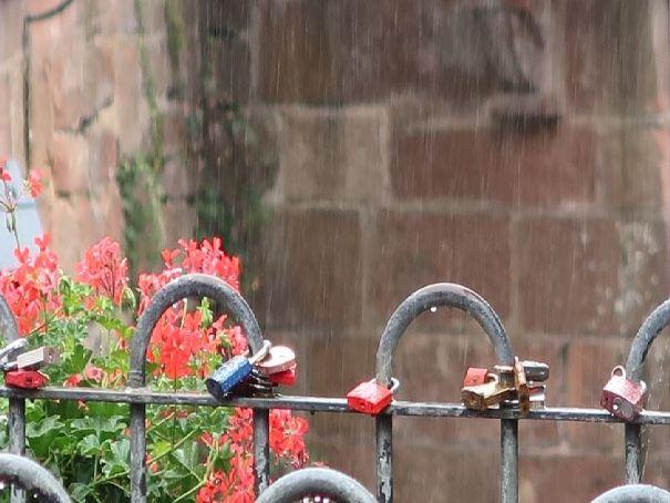 Les cadenas du pont sur la cascade Photo (C) Diana YT