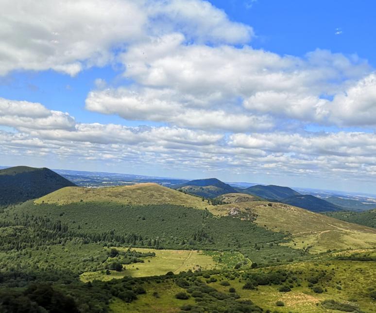 Depuis le Puy de Dôme, les volcans s'étalent à perte de vue, en dômes ou en cômes / (c) E.V.