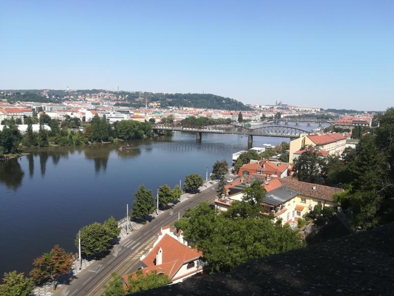 Une des vues du Château de Vyšehrad avec, au second plan, la colline de Petřín et le Chateau de Prague © J. P.