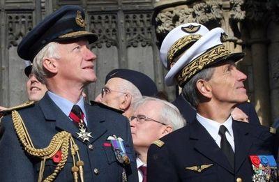 Le Chef de la Royal Air Force, Sir Stephen Dalton, à gauche et le Général Jean-Paul Paloméros à droite au York Minster pendant la cérémonie pour le mémorial de l'Armée de l'Air Française, le 20 octobre 2011.