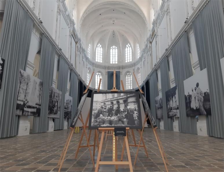 """""""Une quarantaine de photographies y ont été choisies, parmi les mieux conservées, pour représenter la ville de Saint-Omer et ses environs, au début du XXe siècle."""" (c) Ophélie Duriez"""