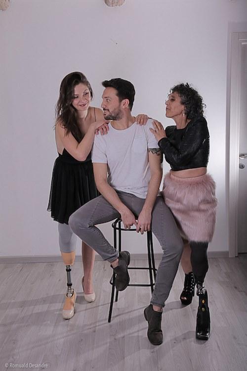 Fabio Porliod accompagné de deux modèles amputées, sublimées par ses créations (c) Romuald Desandré
