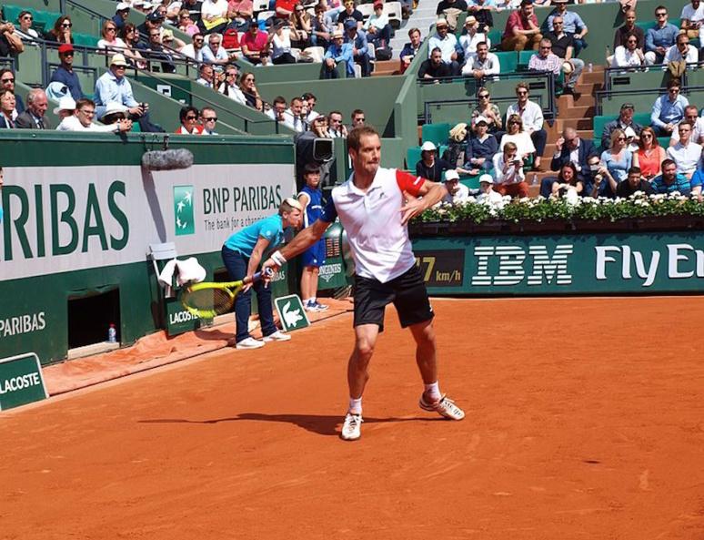 Les partenaires sur un court de tennis lors du tournoi Roland Garros (C) Wikimédia