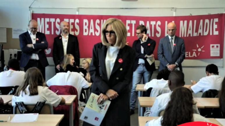 Brigitte Macron et Loénie  (en arrière plan) , unies contre la leucodystrophie  © Nathalie Khâ