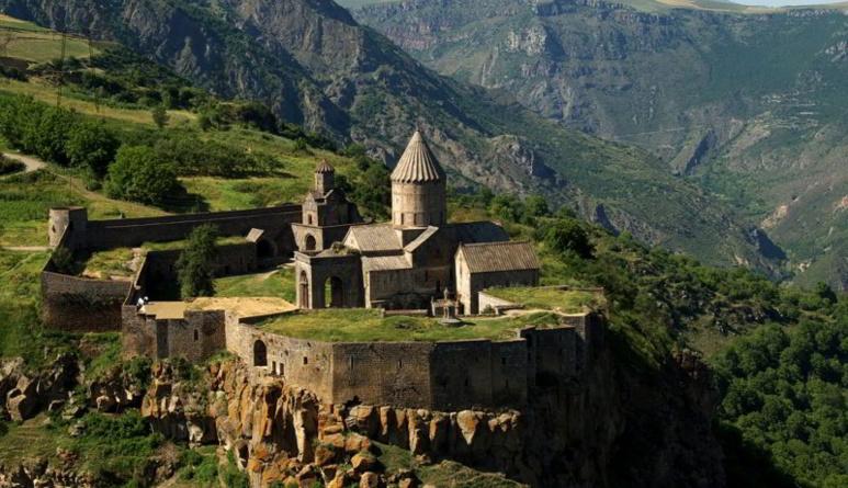 Photo crédit Eva Hunanyan, Monastère de Tatev, l'Arménie, construit entre le Xe et le XIIIe siècles