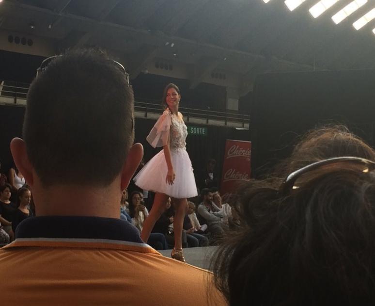 Julia Sidi Atman, ex-miss côte d'azur et ex-candidate de la saison 12 de Pékin express défile sur le podium (c) Pascale Luissint
