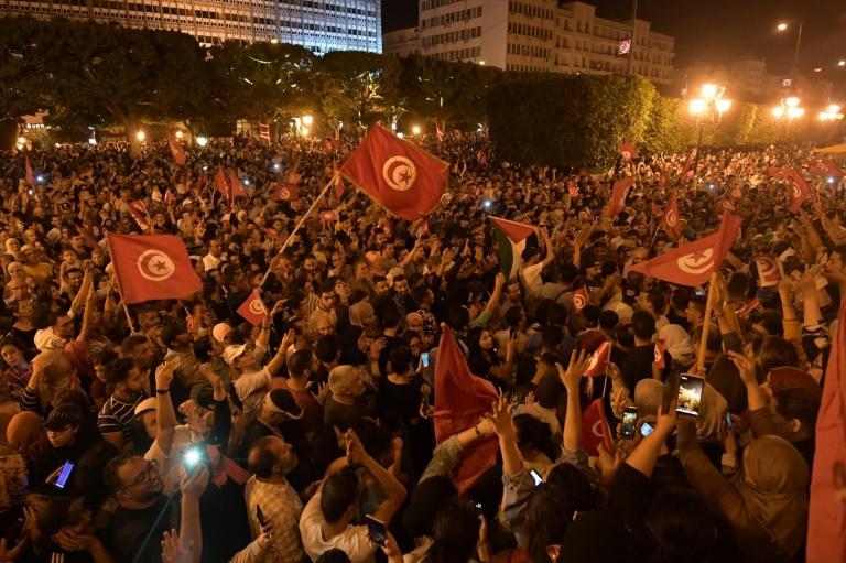 A l'annonce des résultats, des milliers de personnes se sont rassemblées dans les rues pour fêter la victoire de Kais Saïed Crédit photo : afp.com - Fethi Belaid