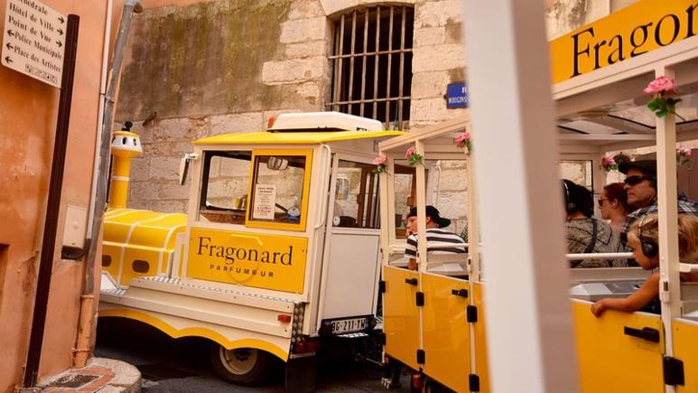 Le petit train Fragonard fait une visite touristique commentée de la ville de Grasse et de sa parfumerie. Crédit photo: CC0 - public domain
