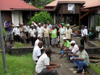 Une partie des grévistes devant le siège de l'ARS Mayotte à Mamoudzou (c) SAM (Salim Mouhoutar)