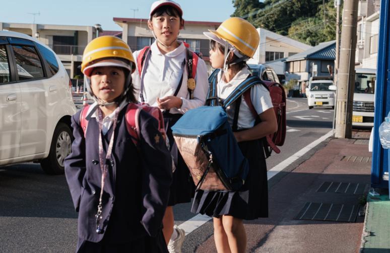 Des écolières protégées par des casques ©Florent Guérout