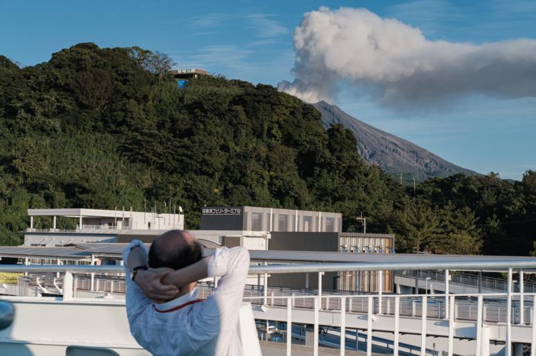 Un habitant observe tranquillement la fumée du volcan ©Florent Guérout