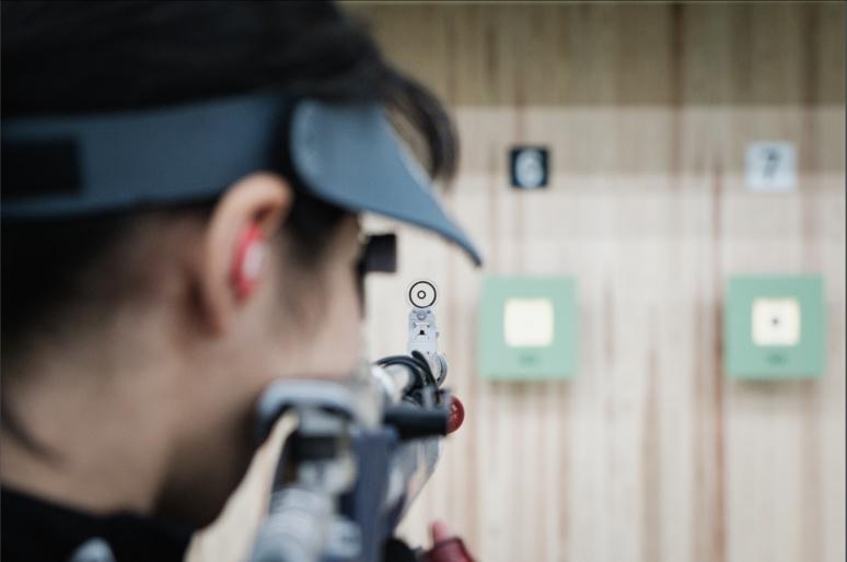 Une tireuse à la carabine s'entraîne aux côtés d'Aoi ©Florent Guérout