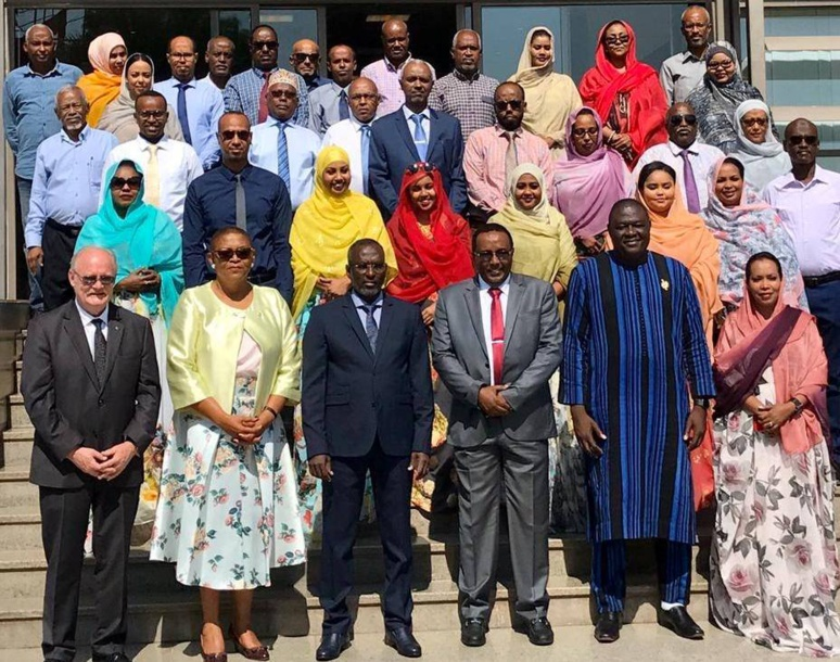 Photo de famille des participants au séminaire; (c) APF