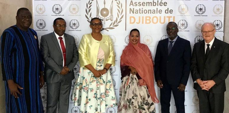 Le président de l'Assemblée nationale entouré de parlementaires de l'APF (C) APF