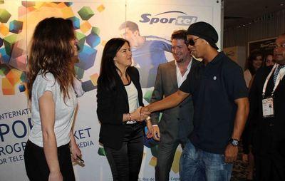 Ronaldinho Gaucho et Amparo Di Fede, directrice générale de Sportel. Photo (c) DR