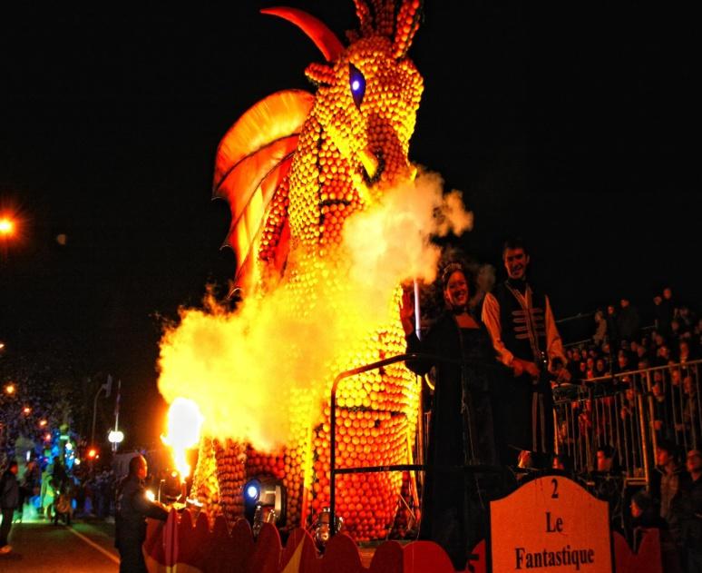 L'un des corsos nocturnes sur le thème Les Mondes Fantastiques sur la Promenade du soleil (c) Ville de Menton