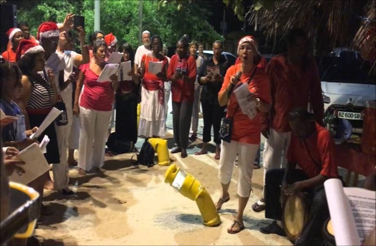 Le chanté nwel 2016 avec un groupe de touristes et de Guadeloupéens sur la plage de Sainte-Anne en Guadeloupe (c) Le verger de Sainte-Anne
