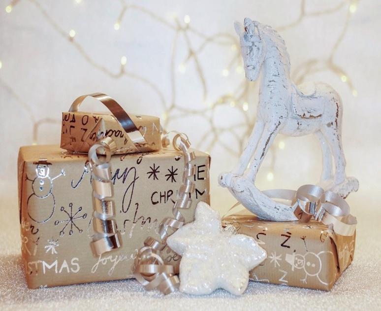Noël un événement synonyme de cadeaux (c) Susanne Jutzeler de Pixabay