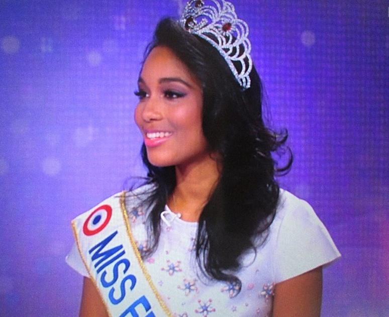 Clémence Botino, Miss France 2020 invitée sur le plateau du journal de 13h lundi 16 décembre sur TF1 accompagnée de Sylvie Tellier, ex-miss et directrice du comité Miss France (c) Pascale Luissint