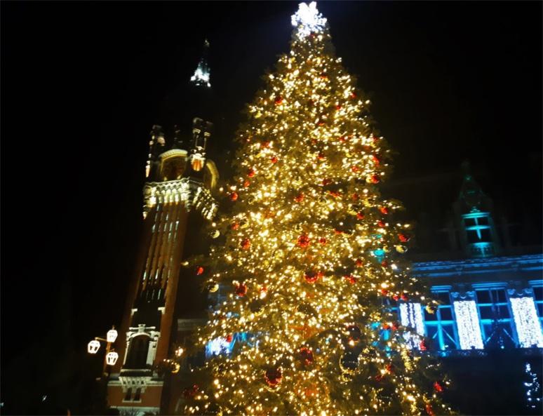 L'hôtel de ville de Calais et son beffroi au couleur de Noël (c) Ophélie Duriez