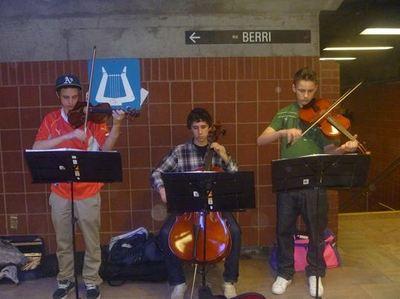 Un groupe d'adolescents se produisant à la station Henri Bourassa. Photo (c) Ali Belhouchet