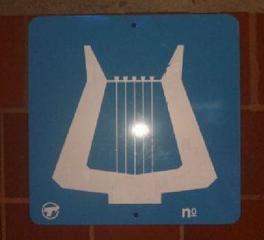 Des affichettes représentant une lyre blanche donnent accès aux artistes désirant donner des représentations. Photo (c) Ali Belhouchet