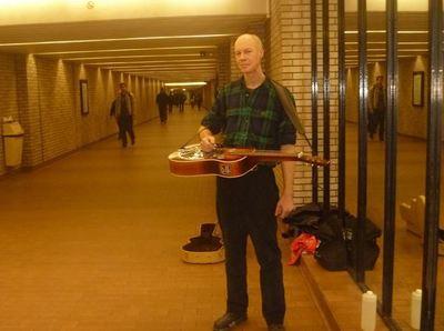 Pour la majorité des musiciens, chanter dans le métro est avant tout, une passion. Photo (c) Ali Belhouchet