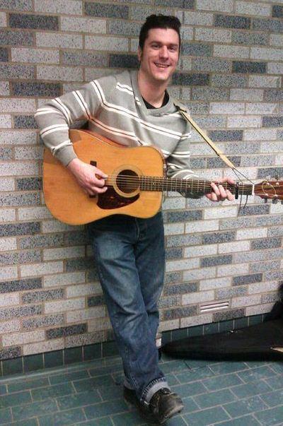 Rejean Turbide chante dans le métro depuis 5 ans, sa voix rauque et une maitrise parfaite de la guitare sont des atouts qui lui permettent de jouer aisément les plus grands tubes du Rock'n'roll. Photo prise à la station métro Square Victoria. Photo (c) Ali Belhouchet