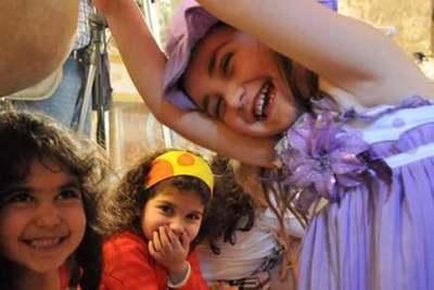 Contents à côté de leurs parents. Photo (C) Ibrahim Chalhoub