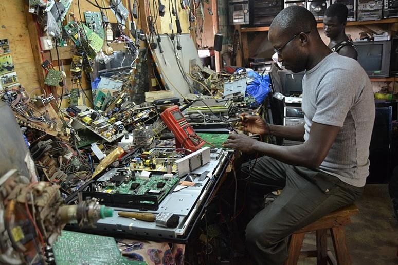 Pour favoriser le recyclage des produits électroménagers et électroniques, un indice de réparabilité offrira la possibilité de connaître la facilité de réparation ainsi que la disponibilité des pièces détachées pour chaque produit (c) Manouka