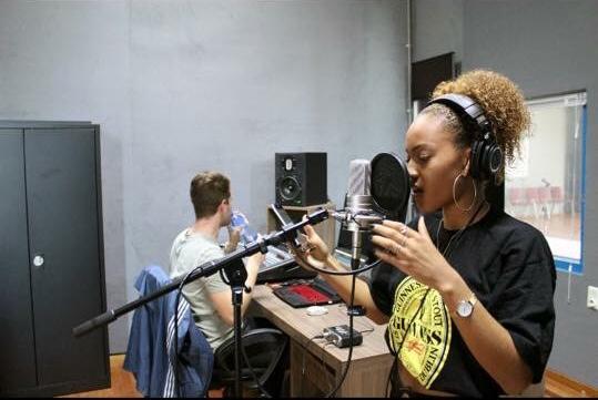 Associa'jeune offre la possibilité aux jeunes d'explorer le domaine de la danse, du graphisme, du chant ou de la musique.(c) Associa'jeunes